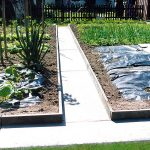 Plastični element za postavitev vrtnih poti in gred